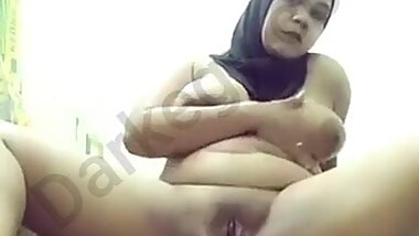 Egyptian horny hijab girl showing off to her fiancee - Darkegy
